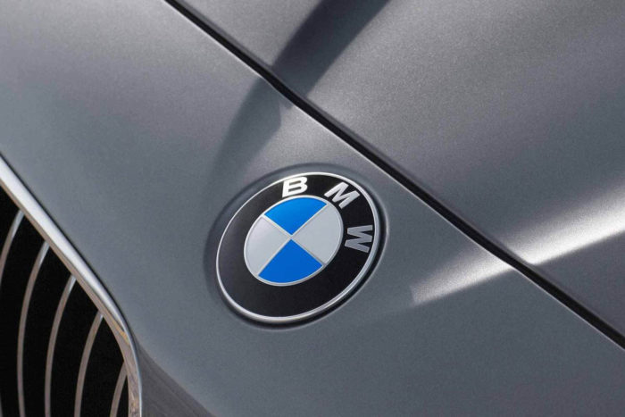 bmw-logo-700x467 Logo BMW có ý nghĩa như thế nào và nó đã được thay đổi một chút qua các năm