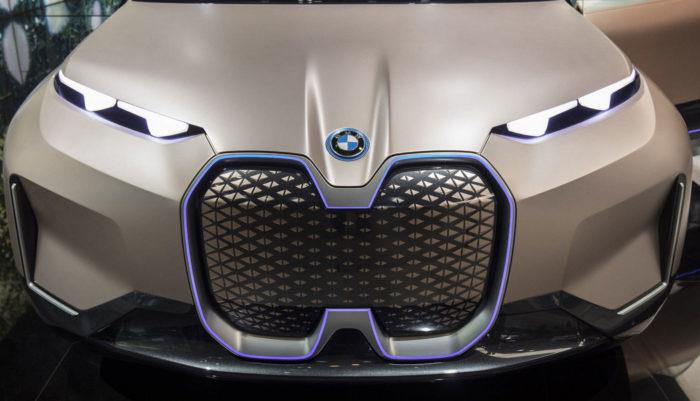 Present-logo-700x401 Logo BMW có ý nghĩa như thế nào và nó đã được thay đổi một chút qua các năm