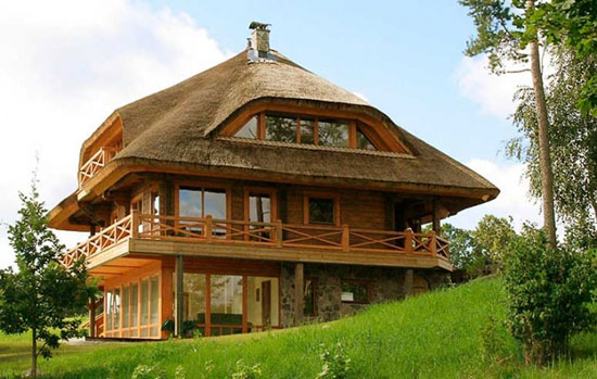 25 eco friendly houses made with natural materials for Green eco homes